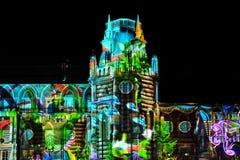 Laser-projektion på fasaden av slotten på festivalcirkel av ljus Arkivfoton