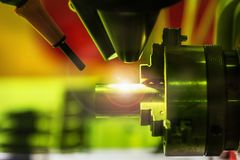 Laser przetwarza metal część w laboratorium w produkcji lub fotografia royalty free