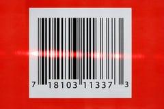 Laser que lee un código de barras imagen de archivo libre de regalías