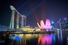 Laser-show av Singapore Marina Bay Sand och trädgård vid fjärden Royaltyfri Bild