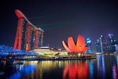 Laser-show av Singapore Marina Bay Sand och trädgård vid fjärden Arkivbild