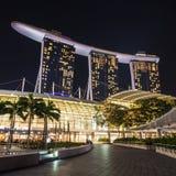 Laser-show av Singapore Marina Bay Sand och trädgård vid fjärden Arkivbilder