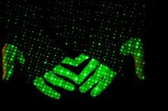 Laser-Show am Konzert in den Händen stockfoto