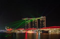 Laser-Show von Singapur Marina Bay Sand und Garten durch die Bucht Stockfotografie