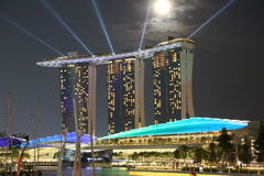 Laser-Show von Singapur Marina Bay Sand und Garten durch die Bucht Lizenzfreies Stockfoto