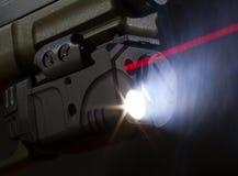 Laser som siktar på en handeldvapen Arkivbild