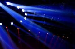 laser-strålar riktar uppmärksamheten på etappen Arkivfoton