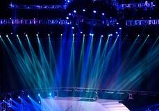 laser-strålar riktar uppmärksamheten på etappen Fotografering för Bildbyråer