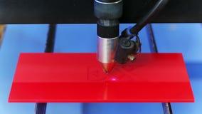 Lasercnc machine die rode acrylplaat snijden Stock Foto's