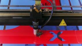 Lasercnc machine die rode acrylplaat snijden Stock Afbeeldingen