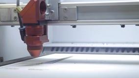 Lasergravure op hout De machine brandend beeld van de lasergravure op houten raadsclose-up Lasersnijmachine Het kunstwerk stock videobeelden