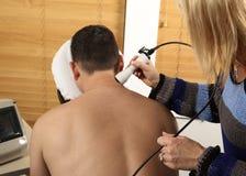 Laserowa fizjoterapia obrazy royalty free
