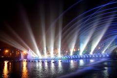 Laserowa muzyczna fontanny noc Zdjęcia Royalty Free