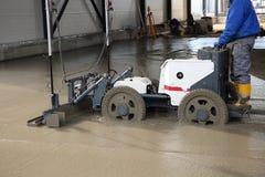 Laserowego screed maszynowa niwelacyjna świeża polana betonowa powierzchnia na budowie Zdjęcia Royalty Free