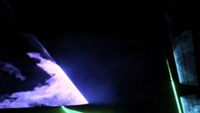Laserowy przedstawienie Abstraktów zieleni i błękitni promienie błyszczą przez dymu na ciemnym tle zbiory wideo