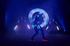 Laserowy przedstawienie występ, tancerze w dowodzonych kostiumach z DOWODZONĄ lampą, bardzo piękny noc klubu występ, przyjęcie zdjęcie royalty free