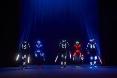 Laserowy przedstawienie występ, tancerze w dowodzonych kostiumach z DOWODZONĄ lampą, bardzo piękny noc klubu występ, przyjęcie obraz royalty free
