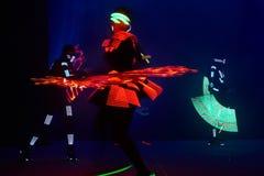Laserowy przedstawienie występ, tancerze w dowodzonych kostiumach z DOWODZONĄ lampą, bardzo piękny noc klubu występ, przyjęcie fotografia stock