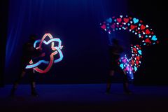 Laserowy przedstawienie występ, tancerze w dowodzonych kostiumach z DOWODZONĄ lampą, bardzo piękny noc klubu występ, przyjęcie fotografia royalty free
