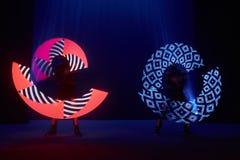 Laserowy przedstawienie występ, tancerze w dowodzonych kostiumach z DOWODZONĄ lampą, bardzo piękny noc klubu występ, przyjęcie obraz stock