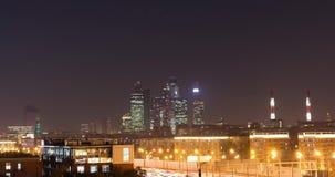 Lasers et routes au néon de centre d'affaires de Timelapse Moscou de ville de nuit banque de vidéos
