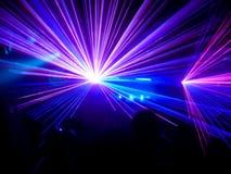 Lasers pourpres et bleus de club images stock