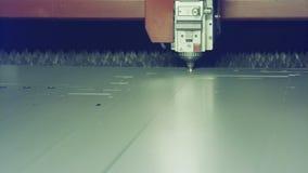 Lasersnijmachine die een groot metaalblad snijden stock videobeelden