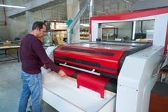 Lasersnijmachine voor de textieloverdrachtindustrie royalty-vrije stock foto