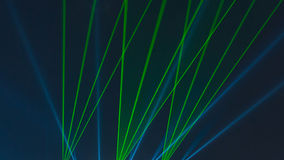 Laserstråledansshow på himmel Royaltyfri Fotografi