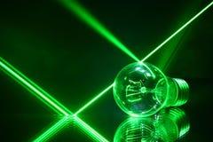 Laserstrahlen und eine Lampe, die auf mit Spiegel liegt Stockbild