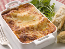 Lasgane con i fogli dell'insalata ed il pane italiano Fotografie Stock