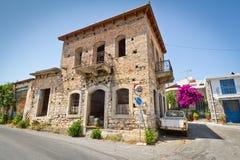 经典希腊房子在Lasithi小镇制地图 库存照片
