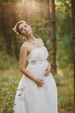 Lasowa czarodziejska piękna dziewczyna w bielu Fotografia Stock