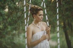 Lasowa czarodziejska piękna dziewczyna w bielu Zdjęcia Royalty Free