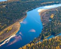 Lasowa rzeka w jesieni, odgórny widok Zdjęcie Royalty Free