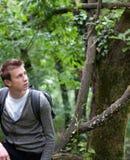 lasowego mężczyzna siedzący wiosna potomstwa Obrazy Stock