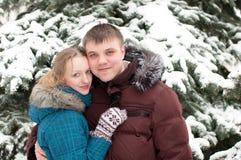 lasowi kochankowie obsługują zima kobiety potomstwa Zdjęcia Stock