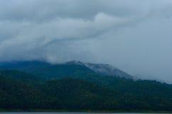 Lasowy Fantastyczny halny lasu krajobraz w chmurach wiecznotrwały Fotografia Royalty Free