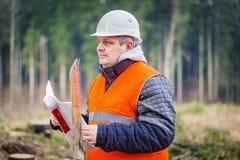 Lasowy inżynier z dokumentami w lesie fotografia royalty free