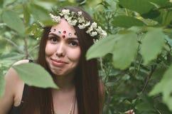 Lasowy obrazek piękna młoda brunetka Europejski pojawienie z ciemnego brązu oczami i wielkimi wargami Na dziewczynie głowa jest zdjęcia royalty free