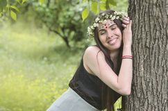 Lasowy obrazek piękna młoda brunetka Europejski pojawienie z ciemnego brązu oczami i wielkimi wargami Na dziewczynie głowa jest zdjęcie stock