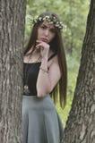 Lasowy obrazek piękna młoda brunetka Europejski pojawienie z ciemnego brązu oczami i wielkimi wargami Na dziewczynie głowa jest obraz royalty free
