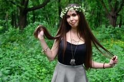 Lasowy obrazek piękna młoda brunetka Europejski pojawienie z ciemnego brązu oczami i wielkimi wargami zdjęcia royalty free