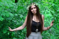 Lasowy obrazek piękna młoda brunetka Europejski pojawienie z ciemnego brązu oczami i wielkimi wargami zdjęcie stock