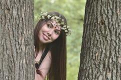 Lasowy obrazek piękna młoda brunetka Europejski pojawienie z ciemnego brązu oczami i wielkimi wargami Na dziewczynie głowa jest fotografia stock