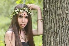 Lasowy obrazek piękna młoda brunetka Europejski pojawienie z ciemnego brązu oczami i wielkimi wargami Na dziewczynie głowa jest zdjęcia stock