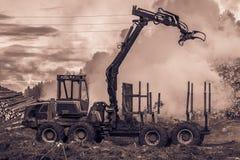 Lasowy rozcięcie, palić lasu odpady Dym i ogień, ciągnik n Obrazy Stock