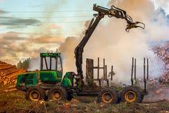 Lasowy rozcięcie, palić lasu odpady Dym i ogień, ciągnik n Zdjęcia Royalty Free