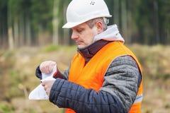 Lasowy inżynier niszczy wyczulonych dokumenty w lesie Fotografia Stock
