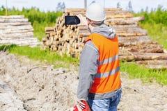 Lasowy inżynier z pastylka pecetem w lesie Obraz Royalty Free